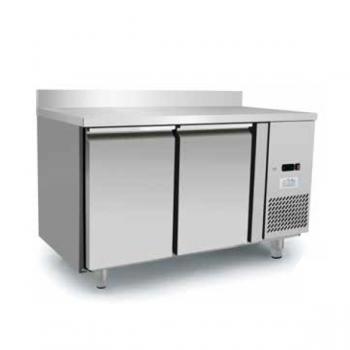 Tavolo refrigerato 2 porte con alzatina in acciaio inox - Temperatura 0/+8°C - L.136 x P.70 x H.95 cm - Classe energetica A